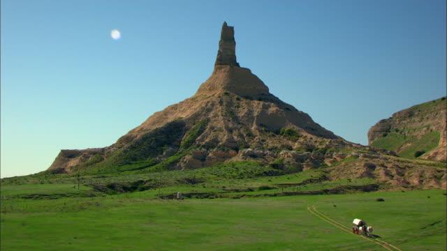 vídeos de stock, filmes e b-roll de aerial view of chimney rock - ponto de referência natural