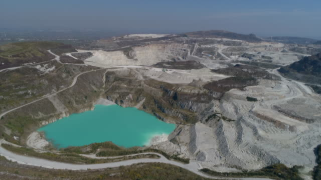 vídeos de stock e filmes b-roll de aerial view of china clay or kaolin open cast mining - st austell