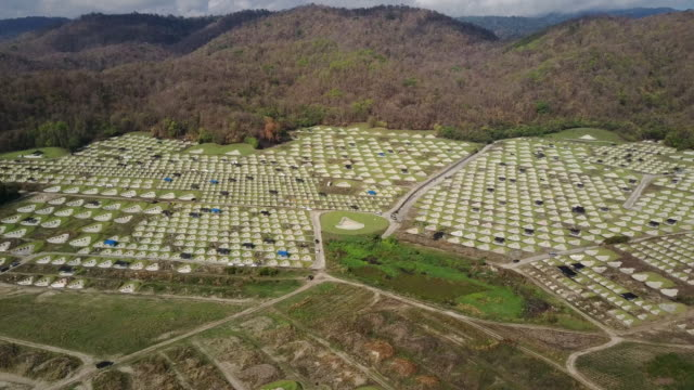 vídeos y material grabado en eventos de stock de vista aérea del cementerio chino en baanbung, chonburi, tailandia. - cementerio