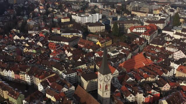 vidéos et rushes de vue aérienne de la vieille ville de chur et du clocher - lieu de culte