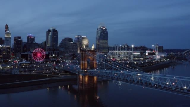 vídeos y material grabado en eventos de stock de aerial view of cincinnati's roebling bridge - río ohio