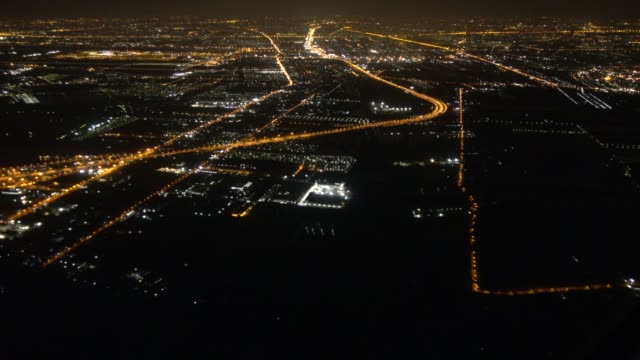 aerial view of city at night when airplane flying on sky - inquadratura da un aereo video stock e b–roll