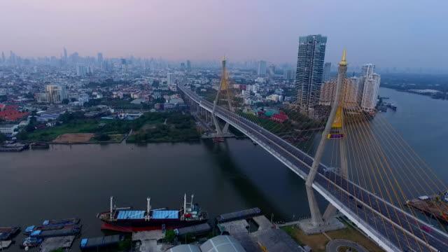Luftbild von Stadt-Brücke bei Nacht in Bangkok, Thailand