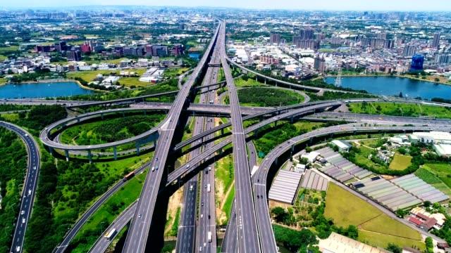 vídeos de stock, filmes e b-roll de vista aérea de cidade auto-estrada intersecção com ponte estrada - taipé