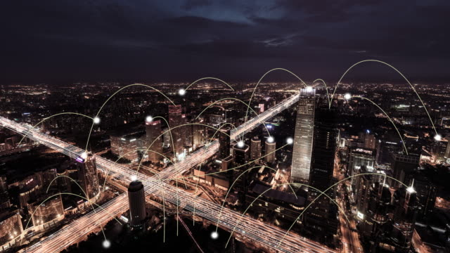 vídeos de stock e filmes b-roll de t/l ws aerial view of city network and skyline, day to night transition - cidade inteligente