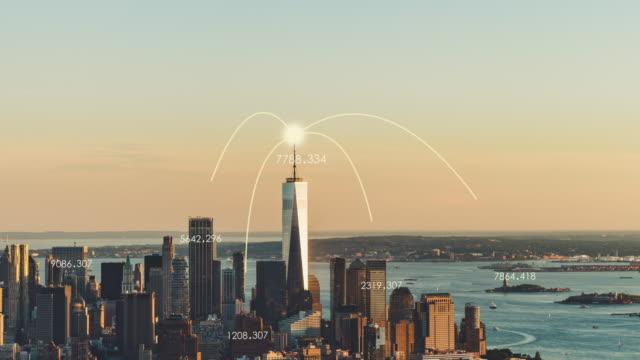 vidéos et rushes de vue aérienne de t/l du réseau de ville de manhattan au coucher du soleil - international landmark