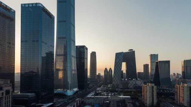 t/l luftaufnahme der skyline und der innenstadt bei sonnenuntergang / peking, china - peking stock-videos und b-roll-filmmaterial