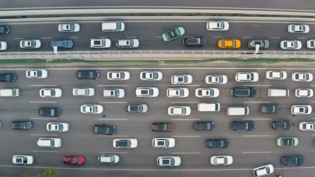 vídeos y material grabado en eventos de stock de vista aérea del tráfico de la ciudad al atardecer - punta descripción física