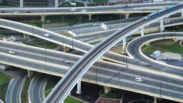 vidéos et rushes de vue aérienne du système de transport urbain / dubaï, émirats arabes unis - échangeur