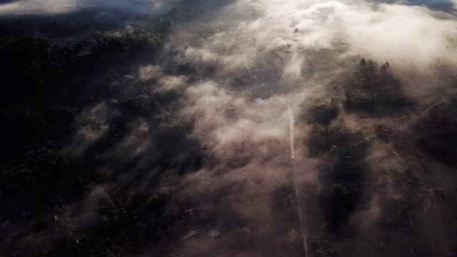 Luftaufnahme der Stadt unter dem Nebel am Morgen bei Sonnenaufgang