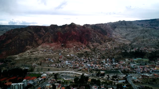 aerial view of cityscape and rocky mountain range in la paz - la paz region la paz stock-videos und b-roll-filmmaterial