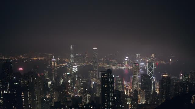 luftaufnahme des stadtbildes in hongkong in china bei nacht - berg victoria peak stock-videos und b-roll-filmmaterial