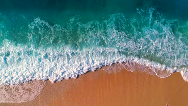 vídeos de stock e filmes b-roll de aerial view of clear turquoise sea and waves - rebentação