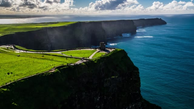 stockvideo's en b-roll-footage met luchtfoto van cliff of moher in ierland - kasteel