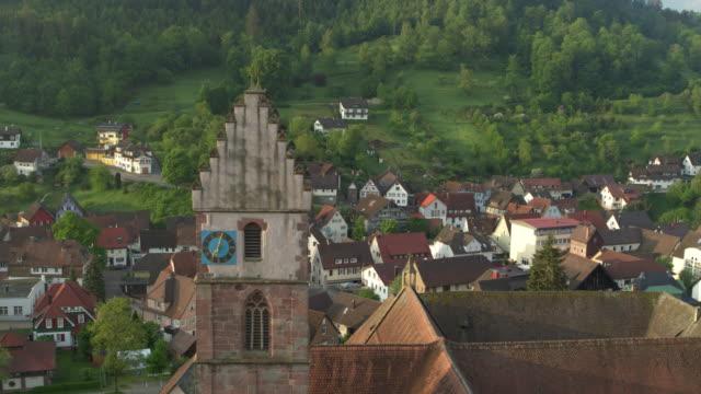 小さなドイツ村上のクロック タワーの空撮 - 生い茂る点の映像素材/bロール