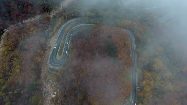 aerial view of cloudsea at mt.seoraksan (biosphere preservation district by unesco) in autumn - richtung stock-videos und b-roll-filmmaterial