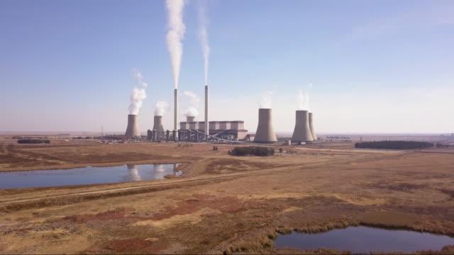vídeos de stock e filmes b-roll de aerial view of coal fired power plant - carvão