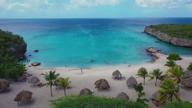 vidéos et rushes de vue aérienne de la côte de curaçao dans la mer des caraïbes avec l'eau turquoise - hôtel