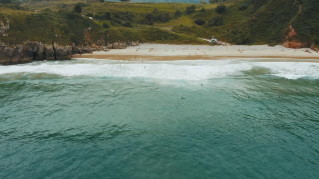 海岸線の航空写真 - 泡立つ波点の映像素材/bロール