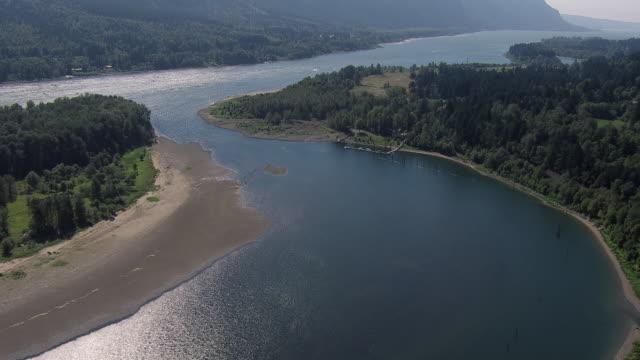 aerial view of columbia river and pierce island on the border of oregon and washington states. - アメリカ太平洋岸北西部点の映像素材/bロール
