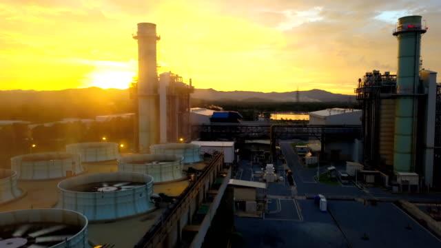 Luftbild von GuD-Kraftwerk oder Brennstoff Gas Triebwerk und Kühlturm in der Nacht