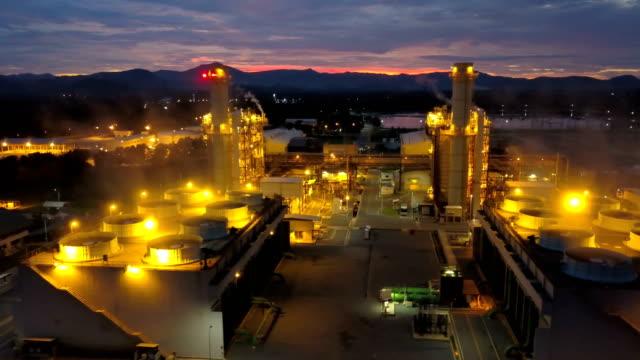 vidéos et rushes de vue aérienne de la centrale à cycle combiné ou motorisation gaz carburant et tour de refroidissement pendant la nuit - synthpop