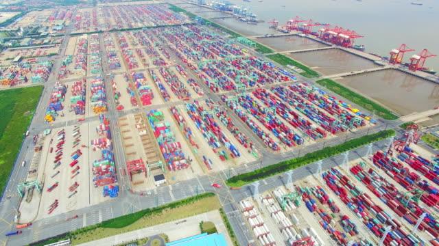 Vista aérea de muelle comercial de carga con contenedores en shanghai.