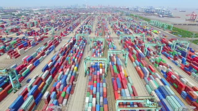 luftaufnahme von dock mit cargo container in shanghai 600 k - schiffsfracht stock-videos und b-roll-filmmaterial