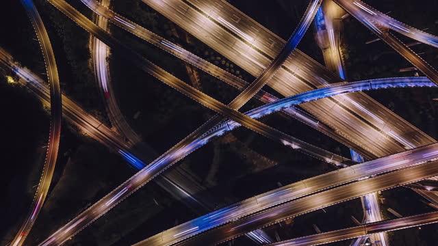 vidéos et rushes de vue aérienne t/l du passage supérieur complexe et de la circulation achalandé la nuit - phare de véhicule