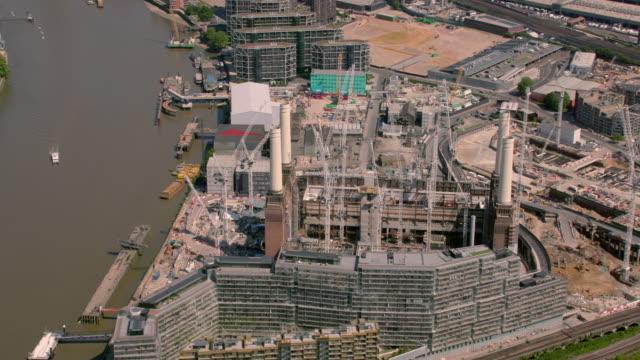 イギリス ロンドンのバタシー発電所、建設の空撮。4 k - バタシー発電所点の映像素材/bロール