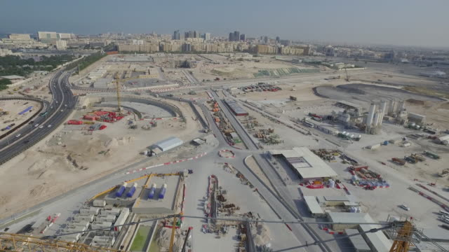vídeos de stock e filmes b-roll de aerial view of construction site in city, doha, qatar - catar