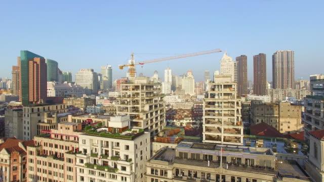 Luftaufnahme der Baustelle mit modernen Gebäude im Hintergrund, Skyline von Shanghai