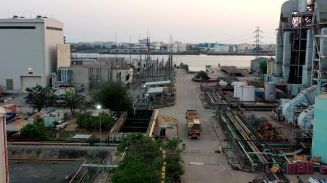vidéos et rushes de vue aérienne du chantier de construction avec le camion de transport - synthpop