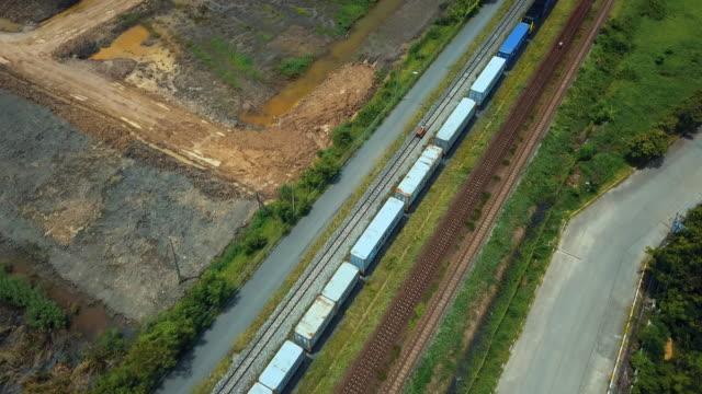 vídeos y material grabado en eventos de stock de vista aérea del tren de carga de contenedores transporte de mercancías en todo el país - tren de pasajeros