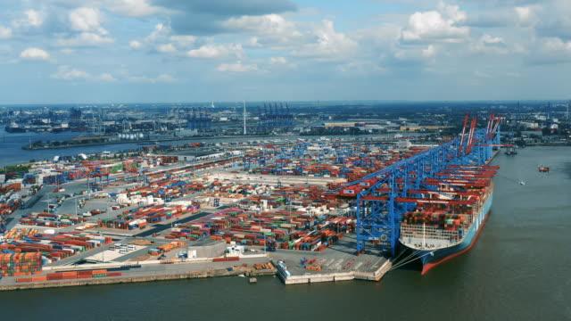 luftaufnahme des containerschiffs am frachtterminal in hambur - hamburg stock-videos und b-roll-filmmaterial