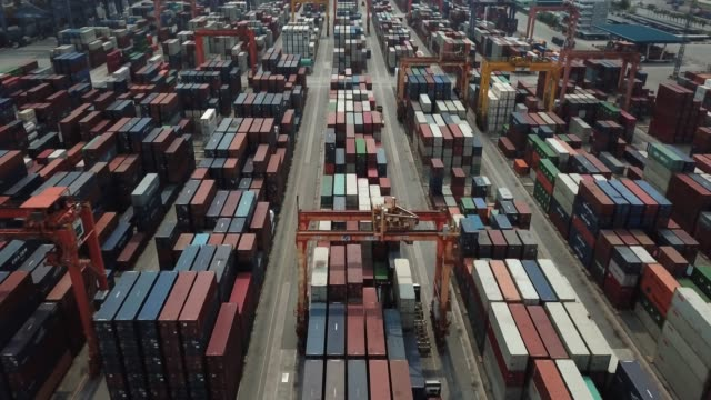stockvideo's en b-roll-footage met luchtfoto van containerschip in commerciële dock - krat