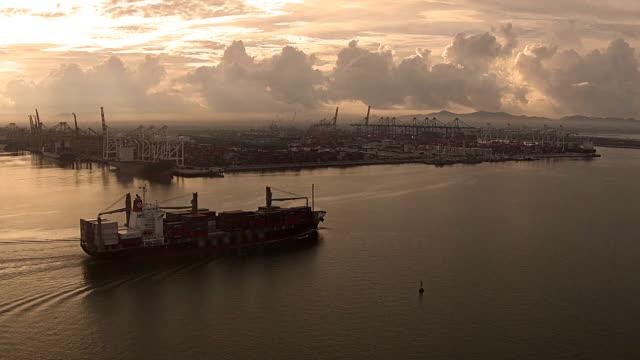 空から見たコンテナー船の港