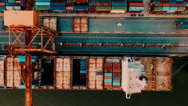 vídeos de stock, filmes e b-roll de vista aérea de contêiner navio no porto - meio de transporte