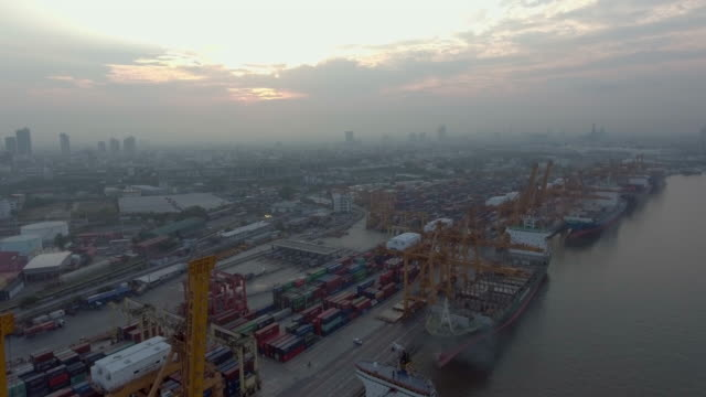 vidéos et rushes de vue aérienne du conteneur bateau dans le port - marchandise