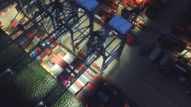veduta aerea della nave container nel porto di notte - porto marittimo video stock e b–roll