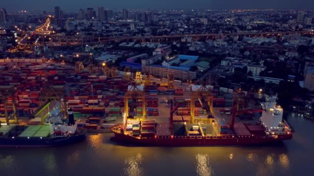 vídeos y material grabado en eventos de stock de aérea vista de portacontenedores en el puerto de noche - grulla de papel