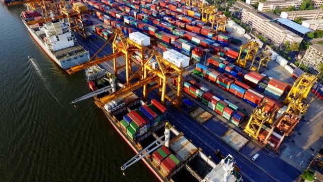 Luftbild von Frachtschiff im Hafen