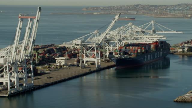 vidéos et rushes de aerial view of container ship los angeles port - plateforme