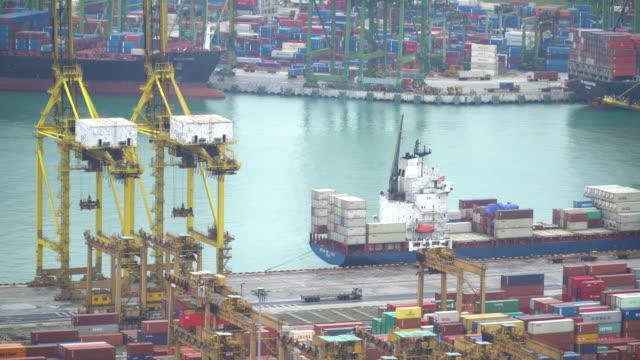 vidéos et rushes de vue aérienne de porte-conteneurs et levage grues dans le port de singapour - chaîne de montagnes