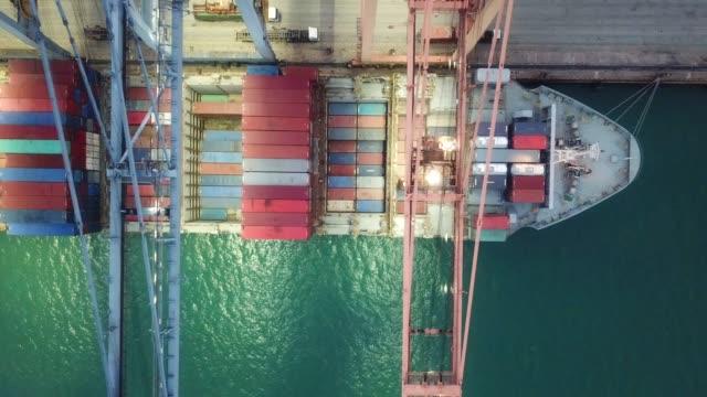 vídeos de stock, filmes e b-roll de vista aérea de navios porta-contentores - largo descrição geral