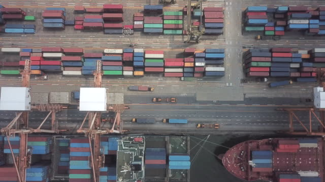 stockvideo's en b-roll-footage met luchtfoto van containerschepen - container