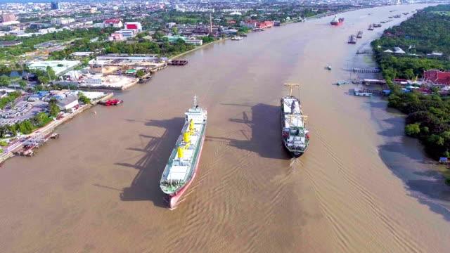 Aerial View av behållare fartyget i floden nära kommersiella docka, Bangkok, Thailand