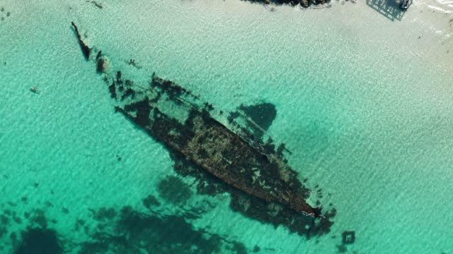 stockvideo's en b-roll-footage met aerial view of coogee omeo shipwreck, western australia - drone 4k video - scheepswrak