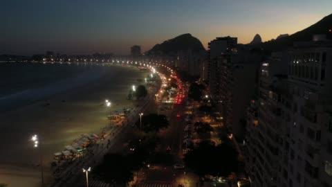 flyg utsikt över stranden copacabana vid solnedgången, rio de janeiro - rio de janeiro bildbanksvideor och videomaterial från bakom kulisserna
