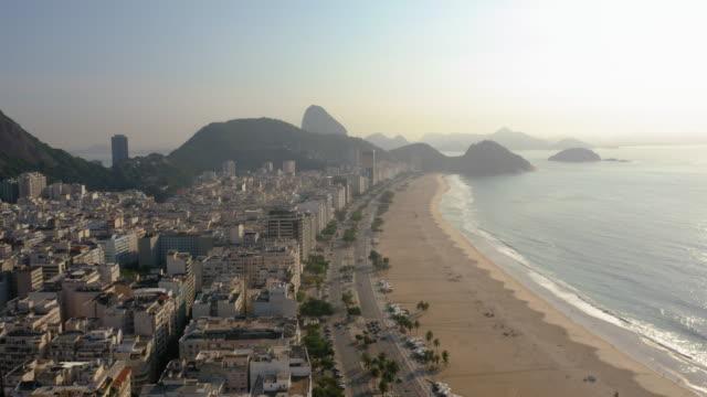 flygfoto över copacabana stranden i soluppgången, rio de janeiro, brasilien - naturligt landmärke bildbanksvideor och videomaterial från bakom kulisserna